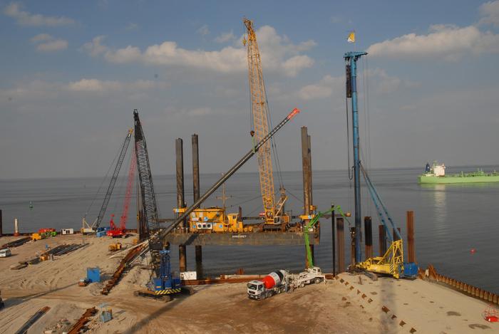 Offshore Basishafen Cuxhaven Liegeplatz 8