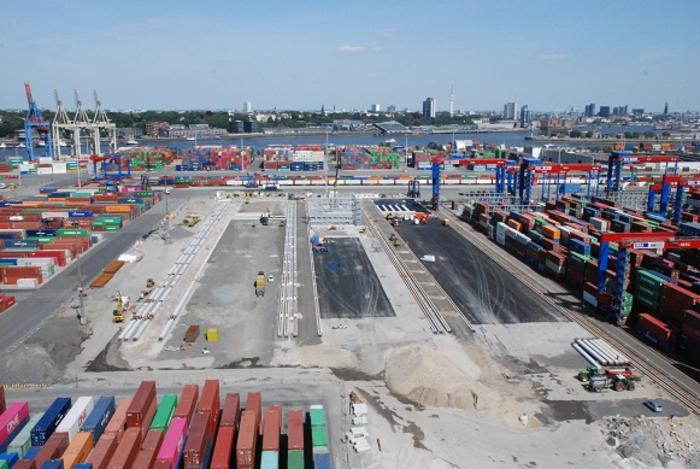[Translate to English:] Luftansicht auf den Bau des neuen Containerblocklagers